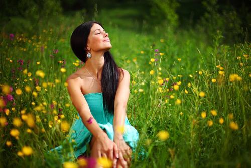 woman_sitting_in_field