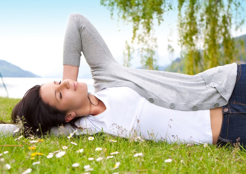 woman-laying-in-grass
